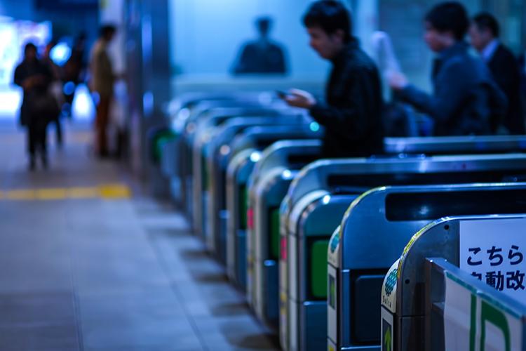 【駅のホーム・改札・電車の夢占い 】好きな人と駅のホームにいる夢は『結婚』または『終焉』を暗示…!?