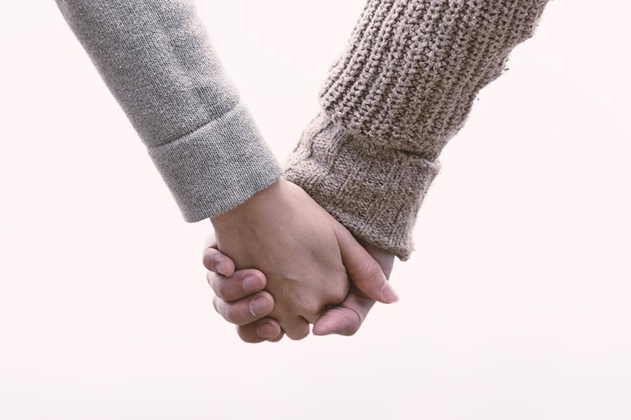 弱音を吐く、頼ってくれる…男性が心を許した女性にとる態度や行動とは?