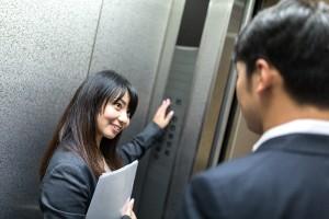 エレベーターで二人きりのときがキスしたいと思う瞬間