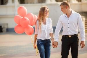 上手くいくカップルの特徴■手をつなぐか横に並んで歩く