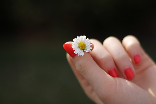 【クリスマスまでに彼氏ができるおまじない】爪や手をいつもキレイにしておく