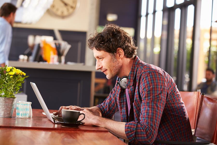 仕事が忙しい彼氏が彼女からもらって嬉しいメール・LINEの内容は?