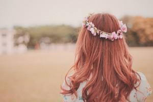髪型はふんわり、服装は暖色|癒し系女性の特徴