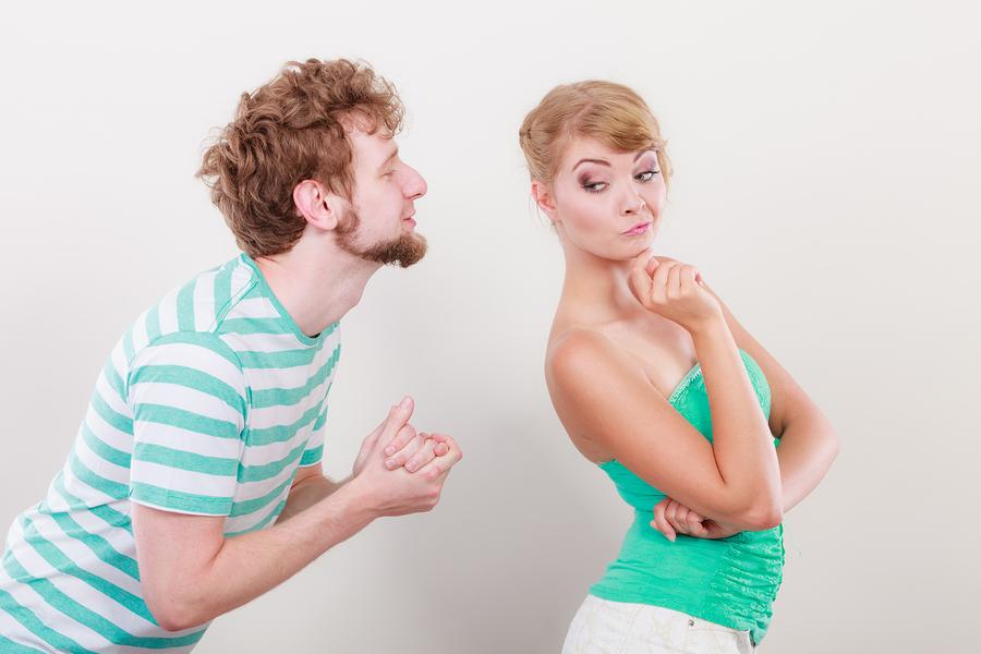 ヘラヘラ笑う男性は疫病神!?厄病神な人の本質を見抜く女性になる方法