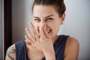 おばさん臭い女の特徴⑬加齢臭や香水が実際に臭い
