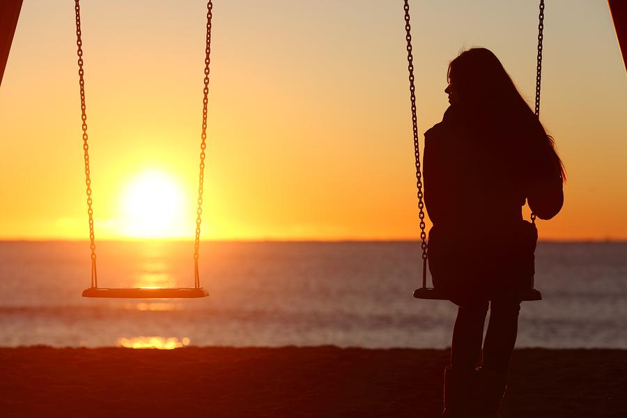男性が本命の女性にはしない行動◆夜でも一人で歩かせる