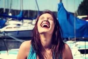 面白い女性の特徴①自然な笑顔が絶えない