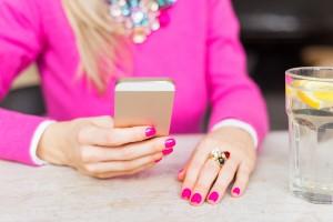恋愛依存症の彼女の特徴:恋人のSNSやブログを習慣的にチェックする