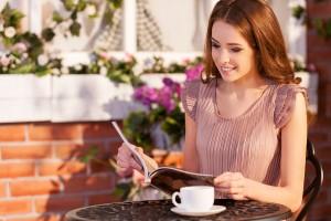 好きな人に話しかけられる方法◆笑顔の女性は話しかけられやすい!