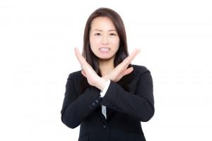 女性からの諦めてほしいサイン8. 近づくと避ける