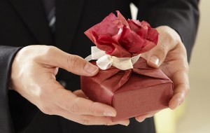 言葉遣い5:贈り物を渡すときは「心ばかりの…」