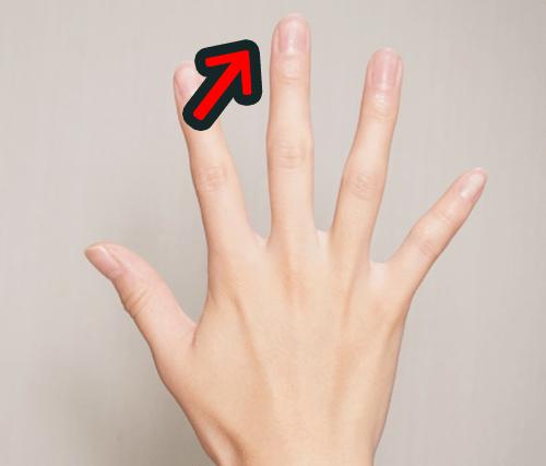 中指の爪に白い斑点ができた意味は旅行先の幸運の予兆
