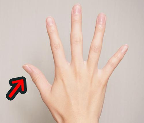 親指の爪に白い点ができた意味は人間関係の好転を暗示