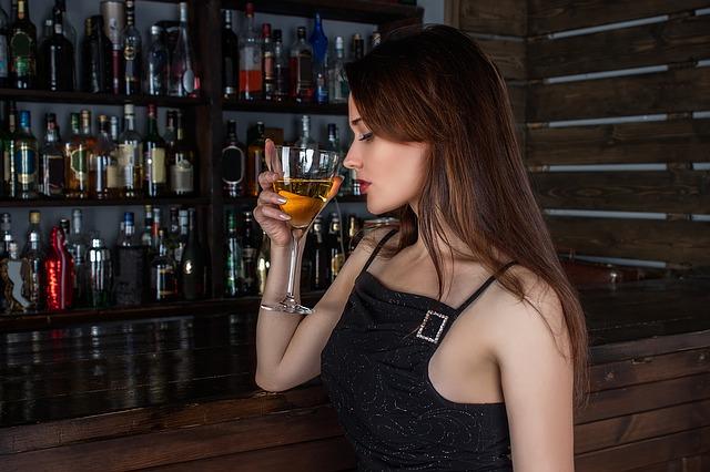 【恋愛テクニック】ほろ酔い女子が男性に人気なのはなぜ⁈モテの理由徹底解明♡