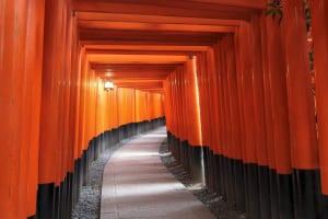 おもかる石がある京都の伏見稲荷