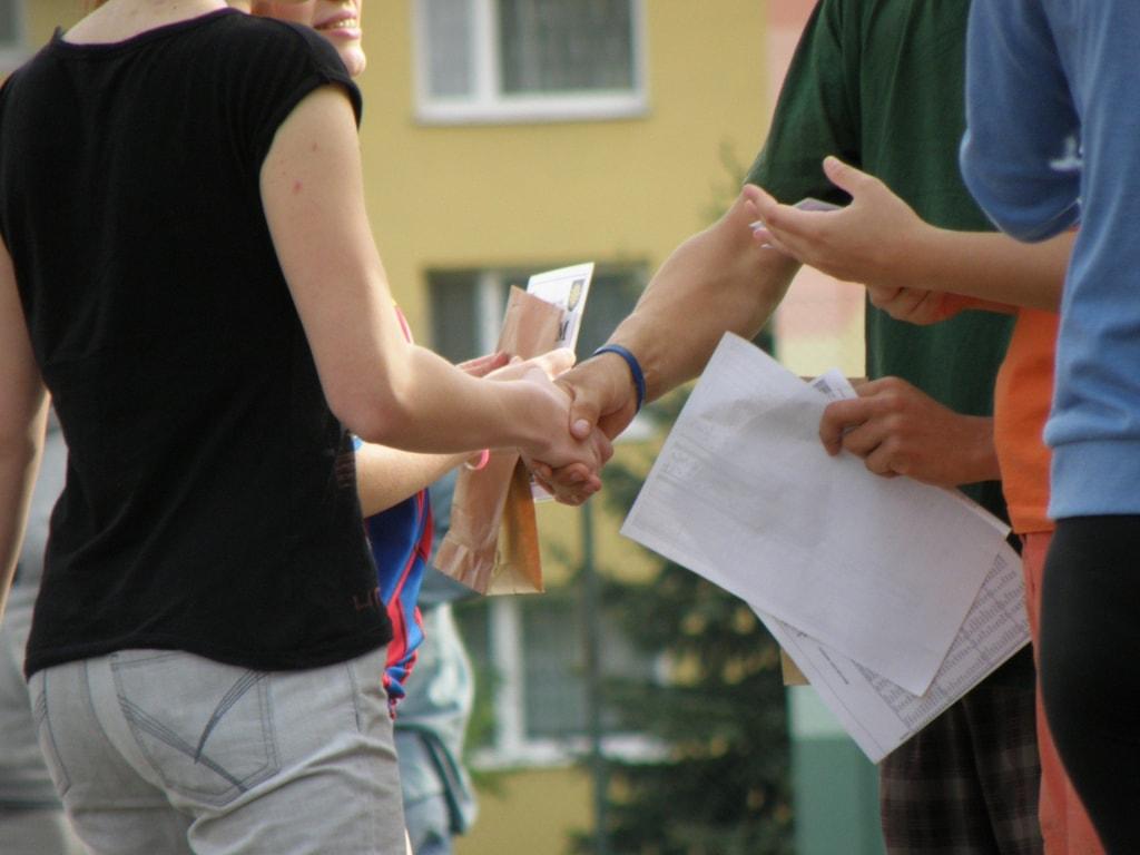 【手の夢占い】異性と握手する夢