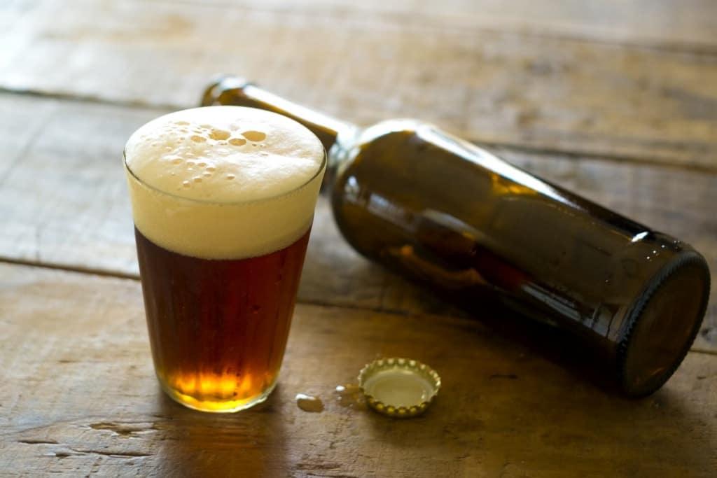 【夢占い】瓶ビールをつぐ夢