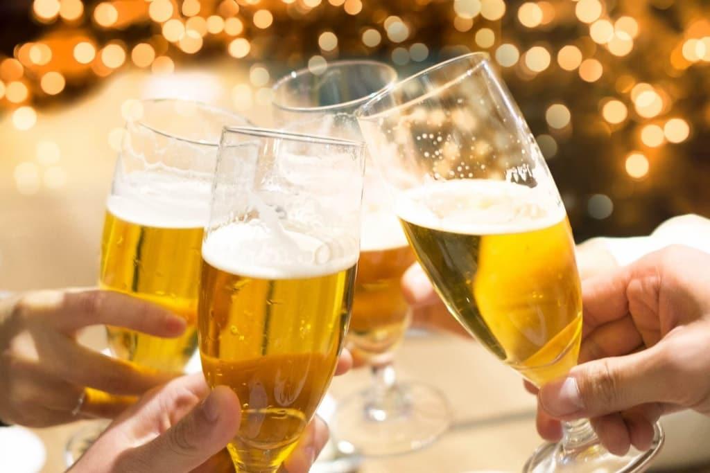 【夢占い】ビールで乾杯する夢