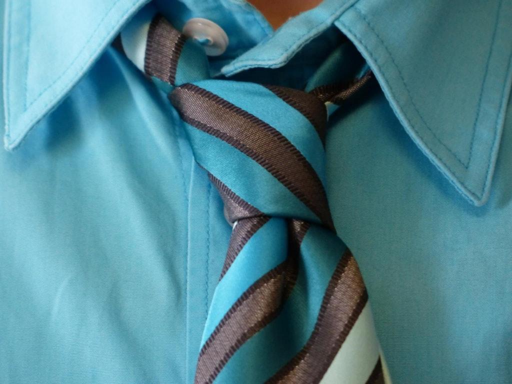 母性本能をくすぐる男性の行動③ネクタイを結ぶのが苦手で不器用